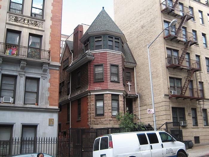 現在,一座教堂,這個安妮女王的房子防止另一個公寓樓被修建