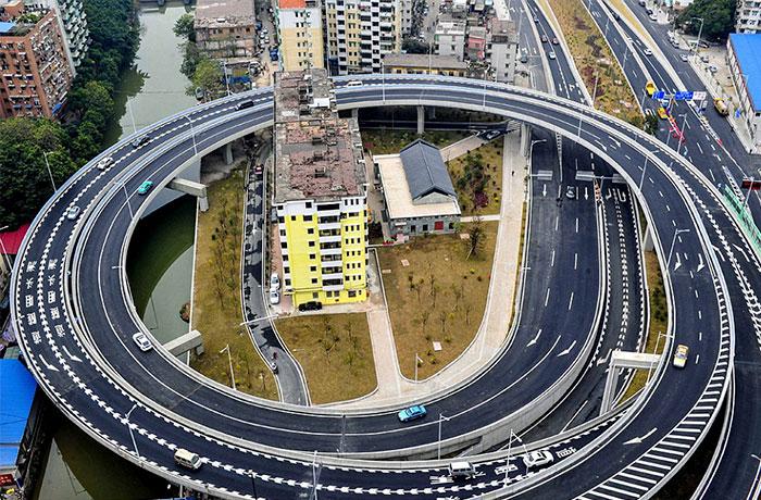 在廣州,當局由於三家不會開發,所以要在這個地段建一條環形公路