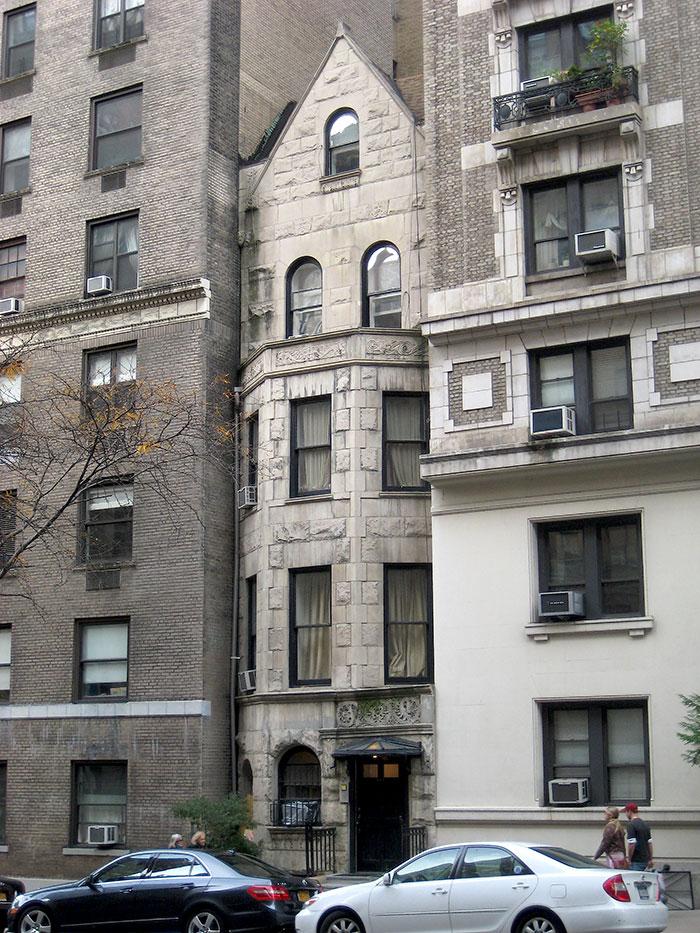 這個修長的哥特式靈感的聯排別墅,由戰前大規模的公寓樓上下兩側