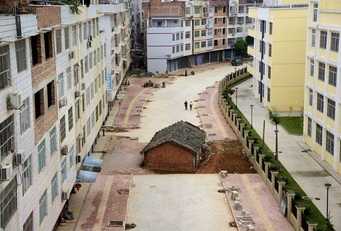位於中國南寧的一座正在施工的道路中間的一間美甲房屋,2015年4月。房屋所有者未能與當地政府達成協議,