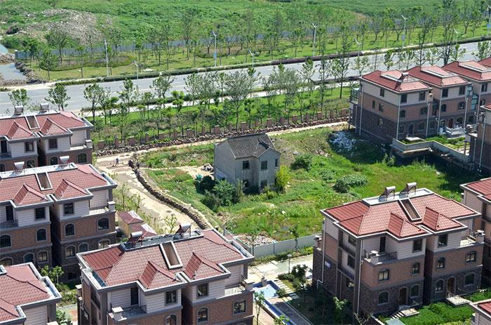 2013年7月,一位孤獨的居民在江蘇省蘇州市落戶豪華別墅