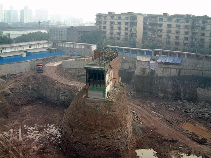 """吳萍太太是241位不願意離開的人。 與2007年4月的""""放心之前""""幾乎3年的承包商和投標相比,"""