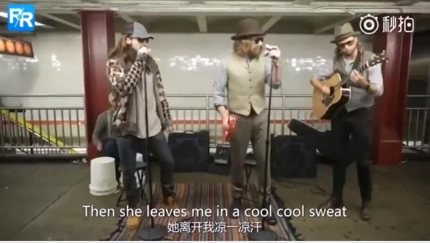 《魔力紅》在紐約地鐵站獻唱Sugar!鬍子+假髮脫掉秒「雞皮疙瘩掉滿地」,粉絲嗨爆當場失控!