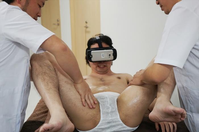 他用VR體驗超體感色片按摩太入戲,拿下VR眼鏡後「按摩師的表情」...網友跪求陰影面積
